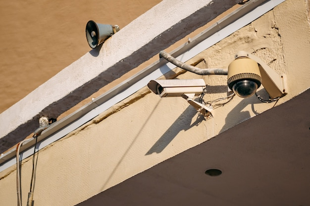 Cctv-kamerasicherheit auf wandhintergrund