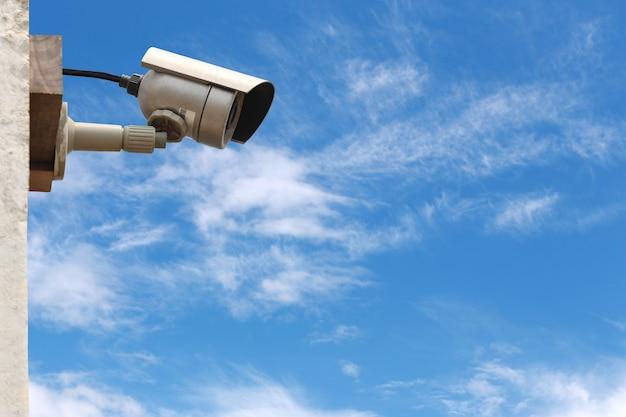 Cctv-kamerasystem auf hintergrund des blauen himmels mit kopienraum.