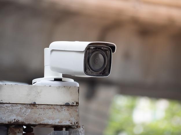 Cctv-kameraüberwachung an der wand auf dem parkplatz