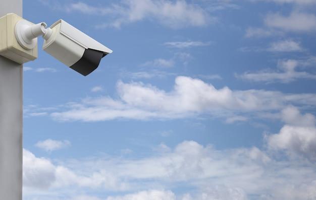 Cctv-tool auf blauem himmel