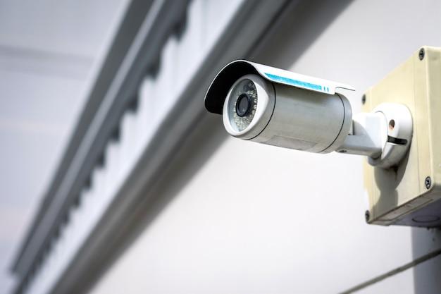 Cctv-überwachungskamera an der gebäudewand.