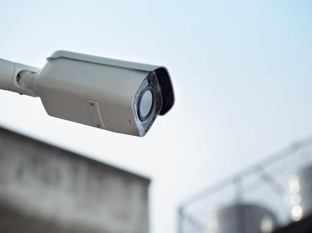 Cctv-überwachungskamera an einem hohen mast zum schutz der öffentlichkeit