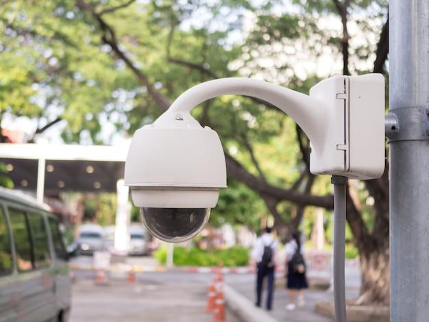 Cctv überwachungskamera auf unschärfe parkplatz