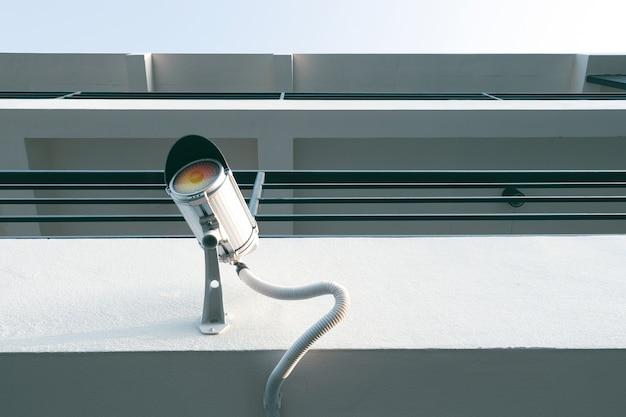 Cctv-überwachungskamera, ruhestromkamera auf gebäude für sicherheit um platz