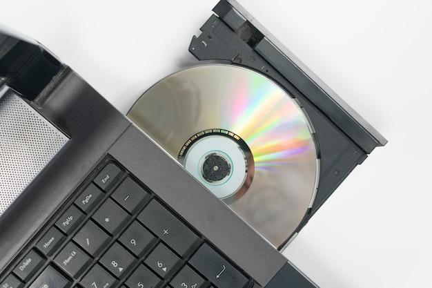 Cd in die schublade des sd-laufwerks des laptops eingelegt