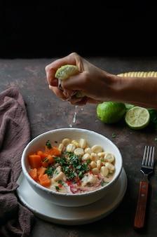 Cebiche, ceviche, lateinamerika-mahlzeit, mit von hand gepressten limettensaft, peruanisch mariniertem fisch