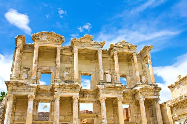 Celsus-bibliothek in der antiken stadt ephesus in der türkei