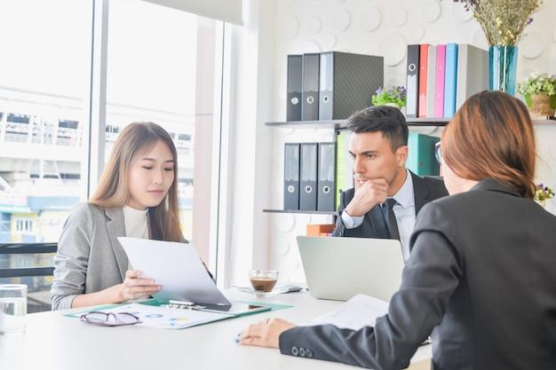 Ceo sekretär team oder diskutiert ziel zukünftigen projekt business plan über zukünftiges wachstum