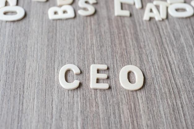 Ceo-wort von buchstaben des hölzernen alphabetes. geschäfts- und ideenkonzept