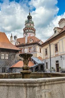 Cesky krumlov schlossturm und ein brunnen, berühmtes touristisches ziel in der tschechischen republik