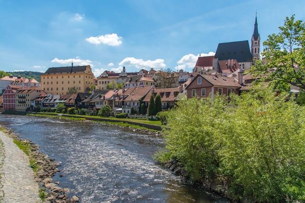Cesky krumlov-stadtansicht mitten in dem sonnigen tag mit fluss in der stadt