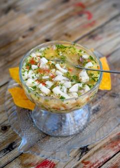 Ceviche ist ein lateinamerikanisches gericht aus fisch, limettensaft und einigen gewürzen