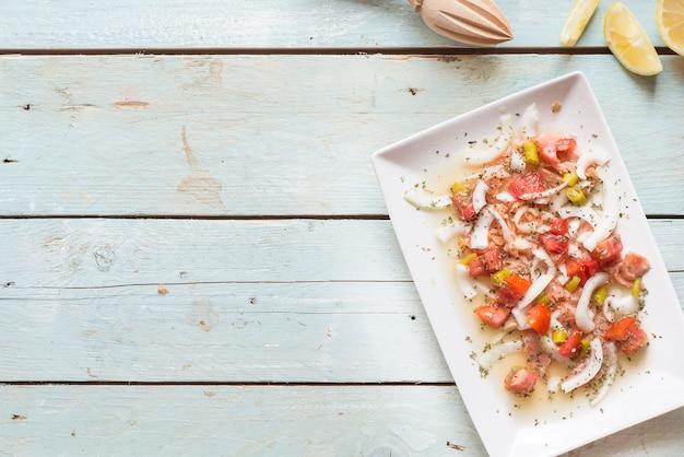 Ceviche mit lachs, tomate, zwiebel, zitrone
