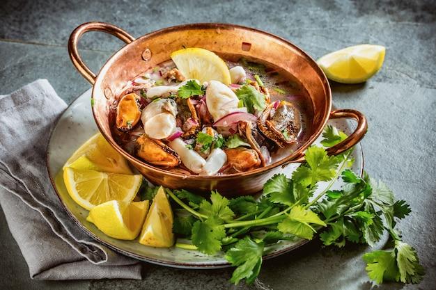 Ceviche mit meeresfrüchten und zitrone