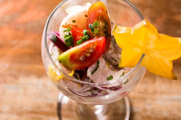 Ceviche. peruanisches essen. auf limettensaft marinierter roher fisch.