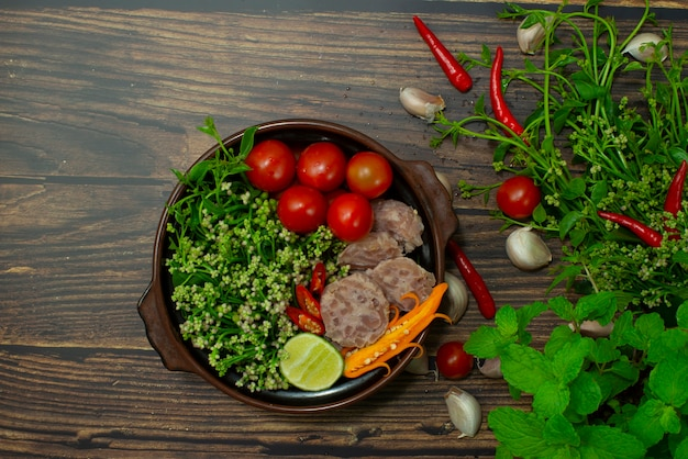Ceylon spinat curry zutat zum kochen im inneren mit fermentiertem porktomatochilli thai northern food