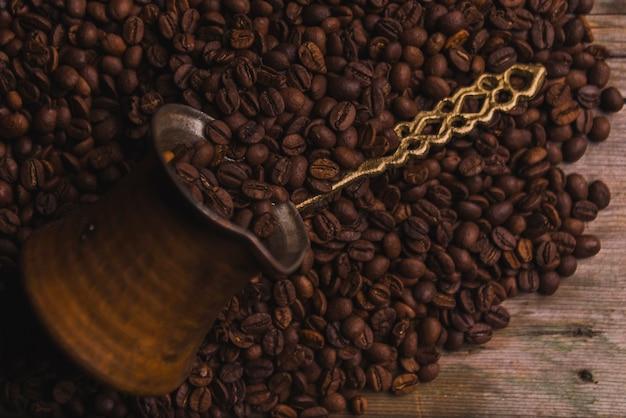 Cezve auf kaffeebohnen