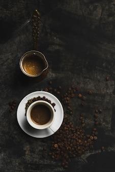 Cezve in der nähe von kaffeetasse