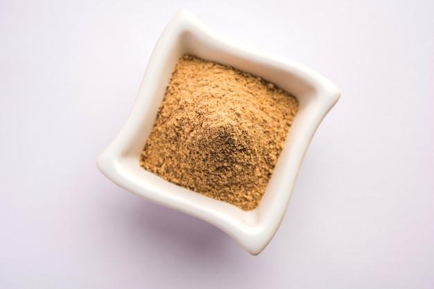 Chaat masala ist eine indische mischung aus gewürzpulvern, ein würziges pulver, das jedes gericht mit einer prise aufpeppt