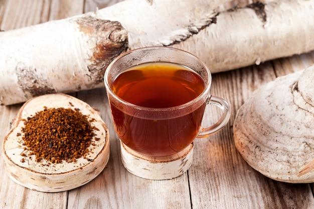 Chaga-tee - ein starkes antioxidans, stärkt das immunsystem, hat entgiftungsqualität und verbessert die verdauung.