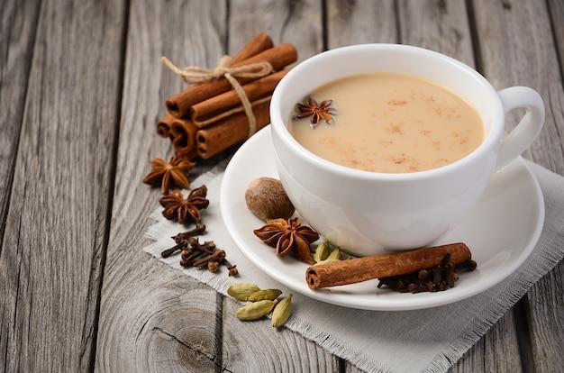 Chai-tee mit milch auf dem rustikalen holztisch