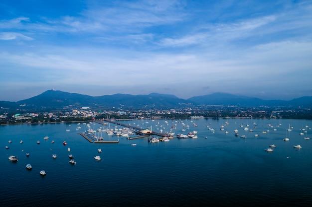 Chalong pier mit segelbooten für reisebild durch drohnenflugschuß