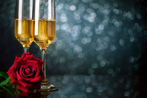 Champagne-gläser auf einem schönen bokeh hintergrund. valentinstag. hintergrund mit textfreiraum. tiefenschärfe. horizontal.