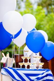 Champagne-gläser, die in einem turm an der party stehen.