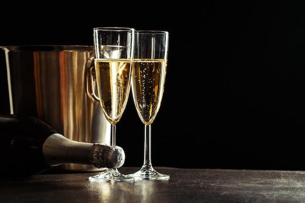 Champagner auf dem schwarzen hintergrund