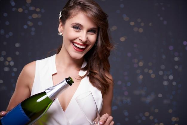 Champagner einschenken und spaß haben