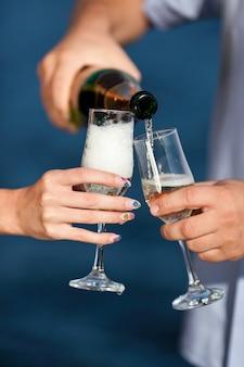 Champagner ergoss sich ins glas