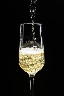 Champagner in ein glas gießen