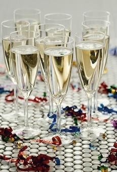 Champagner in gläsern in gläsern