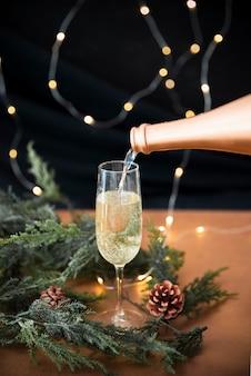Champagner in glas gießen