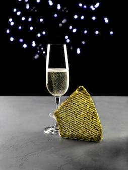 Champagner mit luxusmaske zum feiern