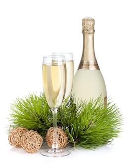 Champagner, tannenbaum und weihnachtsdekor. isoliert auf weißem hintergrund
