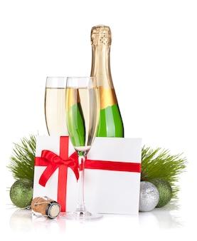 Champagner und geschenkbrief. isoliert auf weißem hintergrund