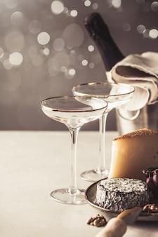 Champagner- und käseteller auf betonhintergrund