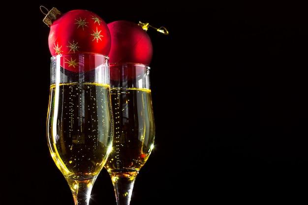 Champagner und weihnachtsdekor