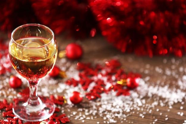 Champagner und weihnachtsdekoration auf holztisch