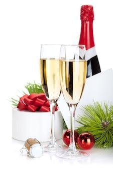 Champagner und weihnachtsgeschenke. isoliert auf weißem hintergrund