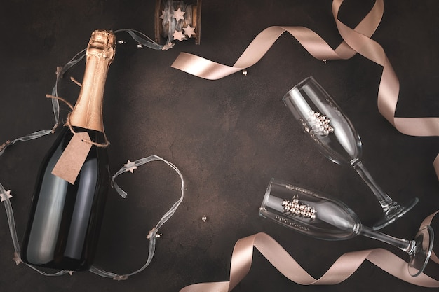 Champagner und weingläser auf festlichem hintergrund
