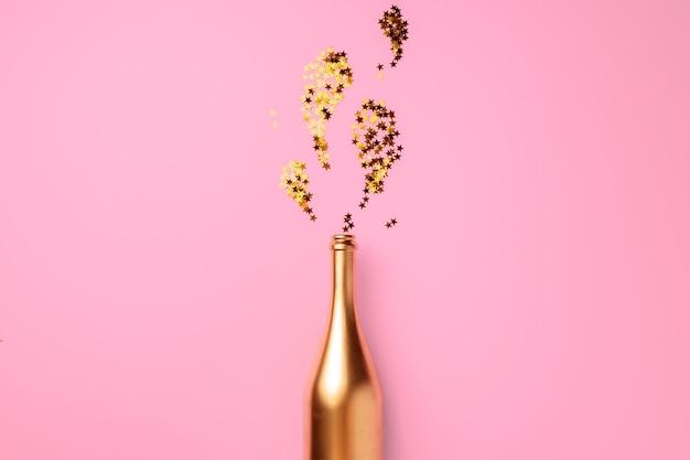 Champagnerflasche mit flachem konfetti lag weihnachtshintergrund