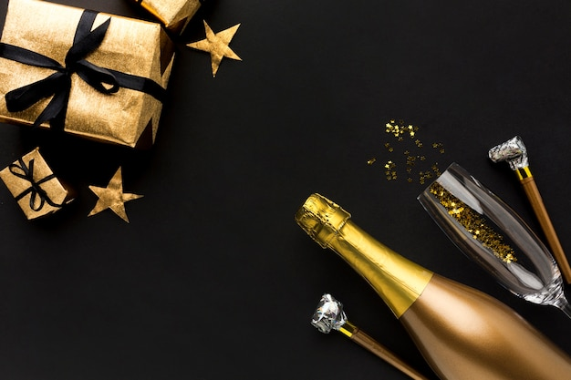 Champagnerflasche mit geschenk für geburtstagsfeier
