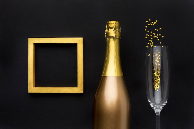 Champagnerflasche mit glas und rahmen