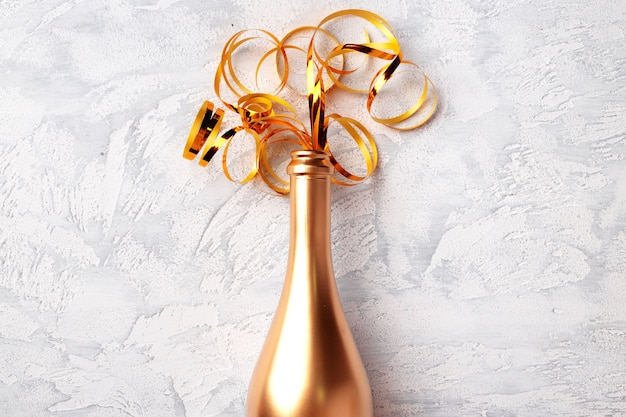 Champagnerflasche mit luftschlangen flach lag draufsicht