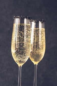 Champagnerflöten mit schwarzem kaviarrand