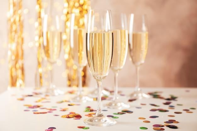Champagnergläser auf dekoriertem raum, platz für text