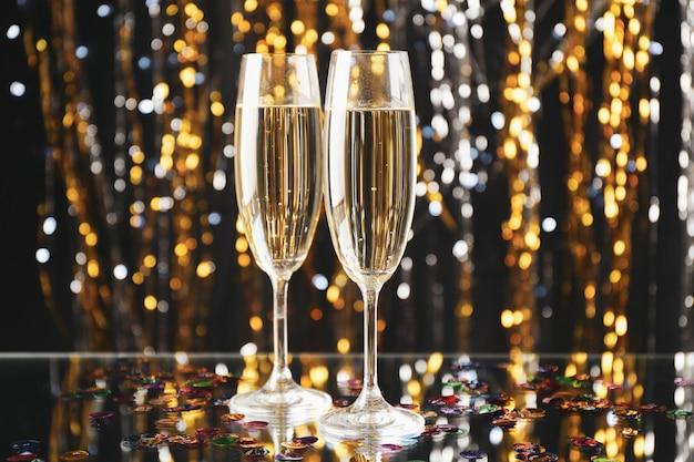 Champagnergläser auf unscharfem raum, platz für text