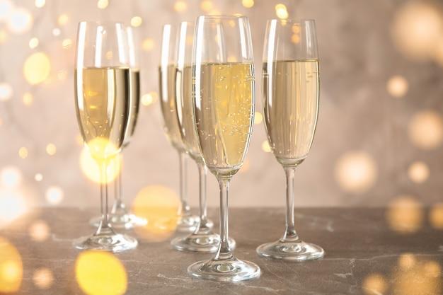 Champagnergläser gegen verschwommenes licht raum. bokeh-effekt
